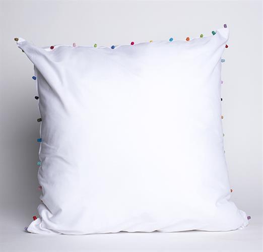 כרית לבנה עם פונפונים צבעוניים