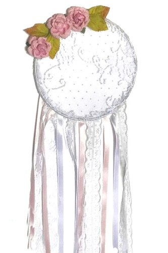 לוכד חלומות תחרה לבנה בשילוב פרחים , מראה עדין ורגוע לחדר הילדים