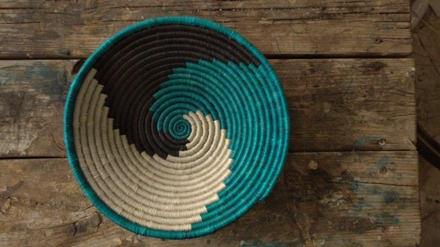 קערה קלועה דקורטיבית עבודת יד טורקיז כחול לבן