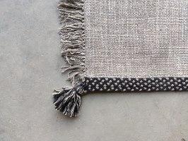 שטיח ארוג עם סיומת פרנזים - אבן בשילוב שחור