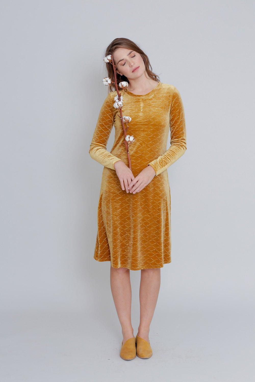 שמלת קטיפה בצבע חרדל