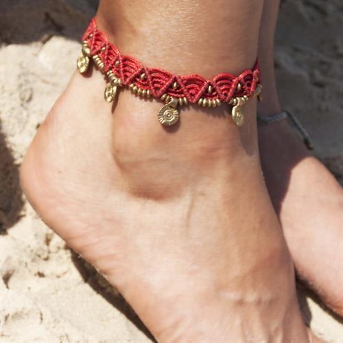 צמיד רגל מקרמה אדום עם חרוזי בראס ותליוני סנשיין