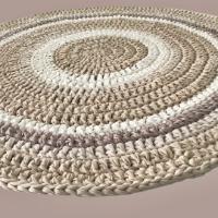 שטיח סרוג בעבודת יד, שטיח עגול סרוג, שטיח בגוונים נורדיים, שטיח סרוג עגול בצבעי פשתן ואופוויט, שטיחים סרוגים, שטיח לעיצוב הבית, שטיח סרוג וסלסלה סרוגה