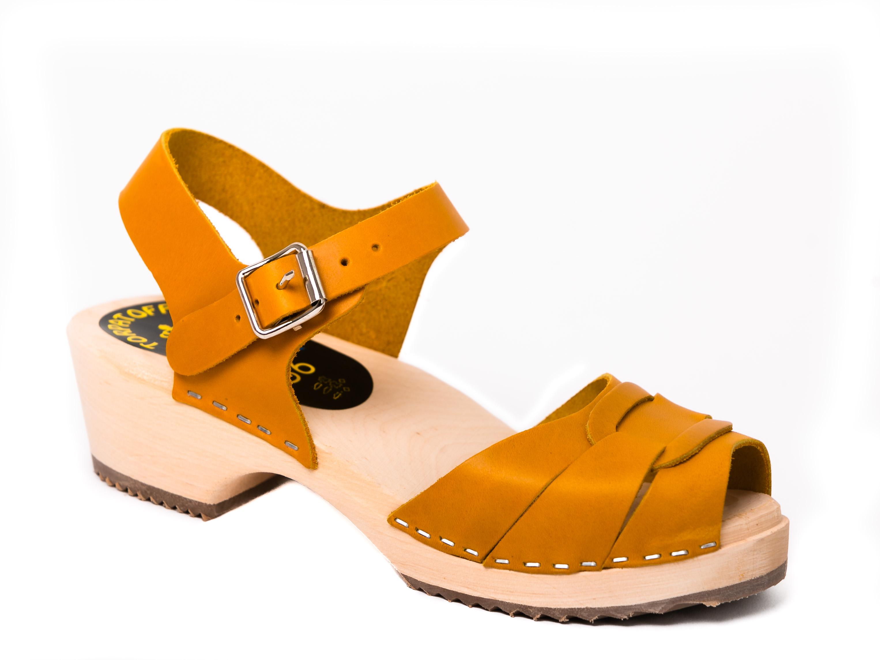 סנדלי עץ נשים קלוע עקב נמוך צהוב חרדל קאמל בהיר
