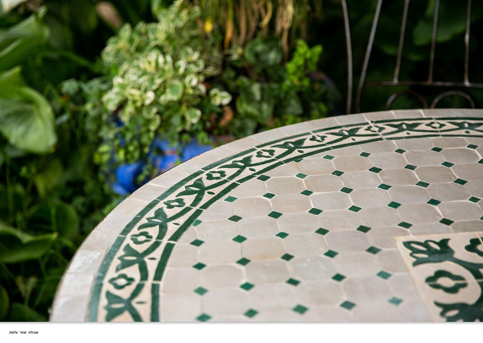 שולחן מוזאיקה ירוק בז'