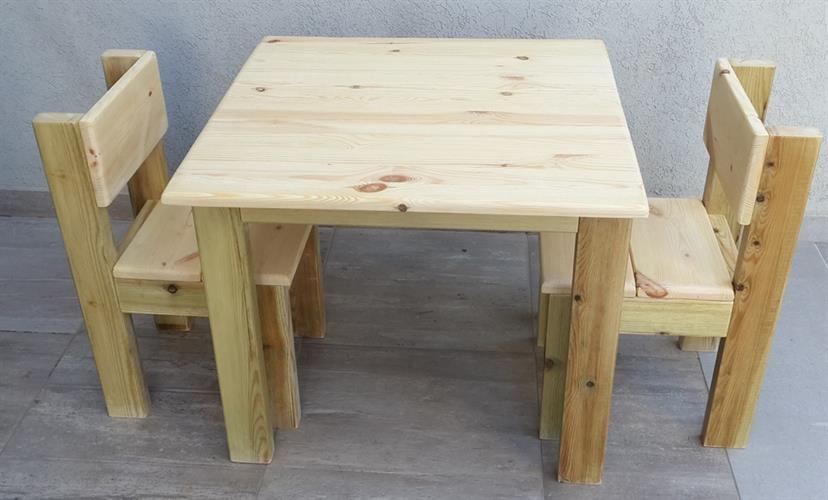 שולחן וכסאות מעץ
