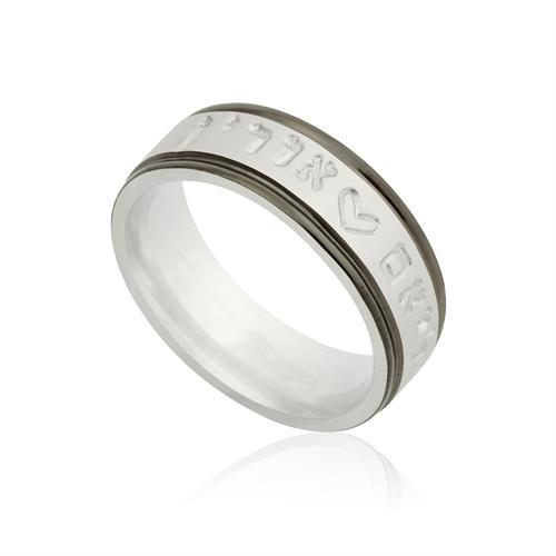 טבעת בגימור מט עם פסים שחורים