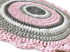 שטיחים סרוגים, שטיח סרוג, עיצובים סרוגים, ריבי מעצבת בטקסטיל, שטיח עגול, שטיח מטריקו, שטיח לחדר ילדים, שטיח לחדר של ילדה, מתנה לתינוקת חדשה, חדרי תינוקות