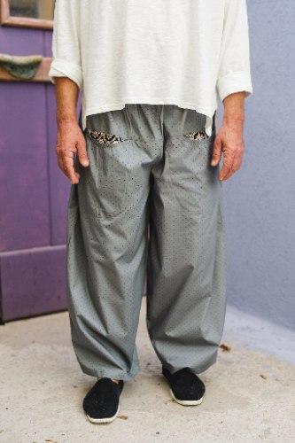 מכנסיים מדגם מיכאלה בצבע אפור עם נקודות שחורות קטנטנות