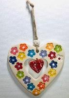 לב גדול עם חלון בעיצוב פרחוני