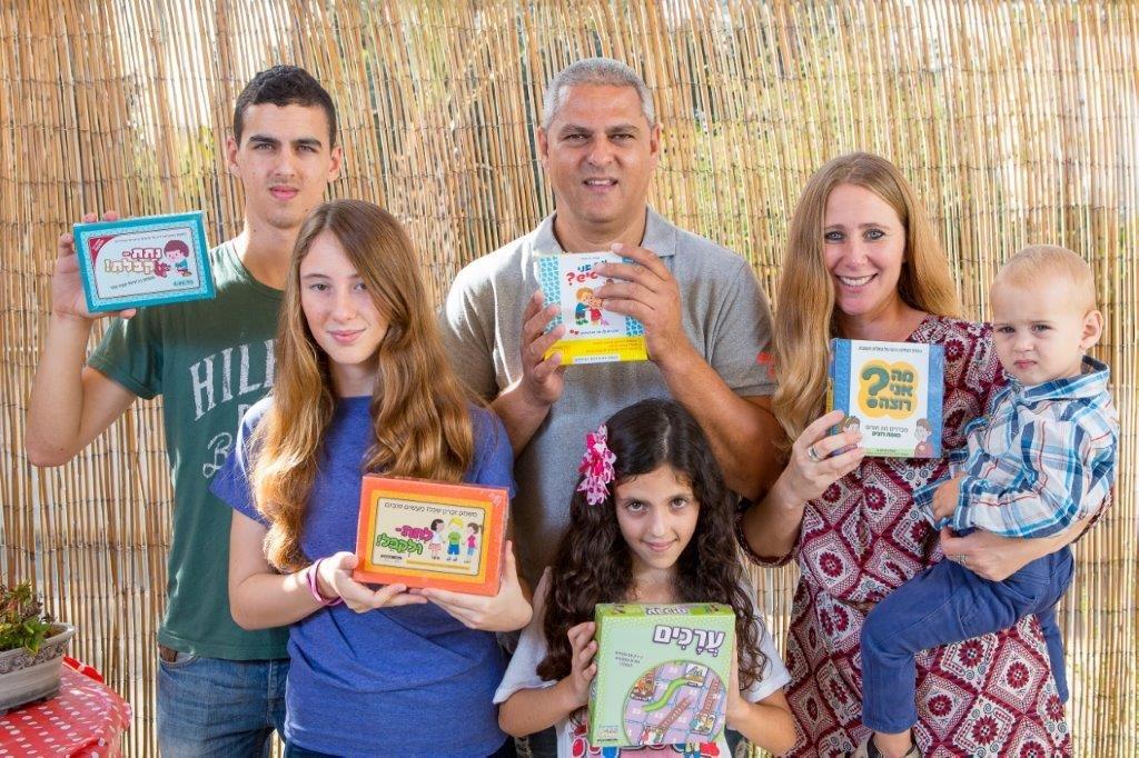 כתיבה והפקה של משחקים משפחתיים לציון אירועים חשובים
