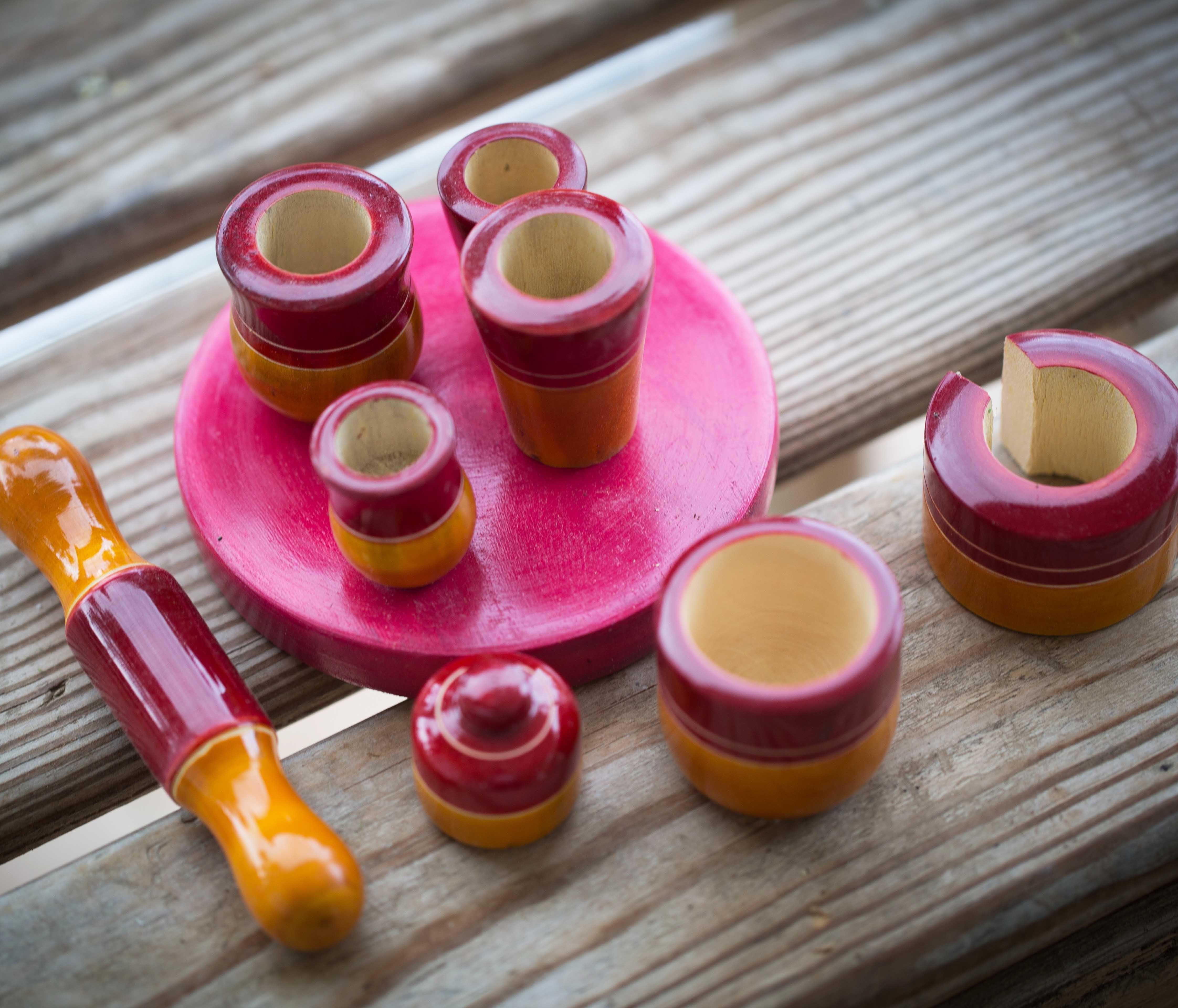 כלי מטבח מיניאטוריים מעץ אדום- צהוב חרדלי