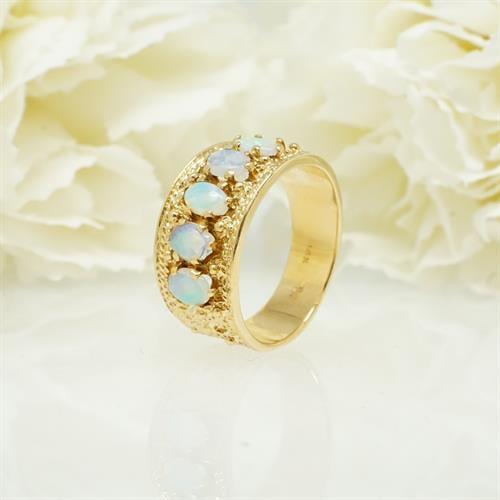 טבעת זהב רחבת משובצת אופלים טבעיות