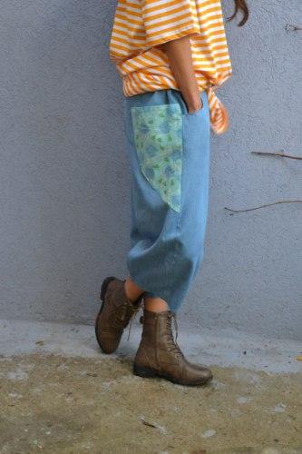 מכנסיים באורך 3/4 מדגם גלי בצבע ג׳ינס בהיר