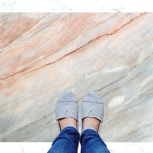 שטיח פי וי סי למטבח בסגנון מודרני ומהמם- דגם אבן בגווני אפור-אפרסק