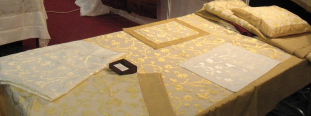 מפת אורגנזה רכה צבע צהוב מוזהב לאירוח