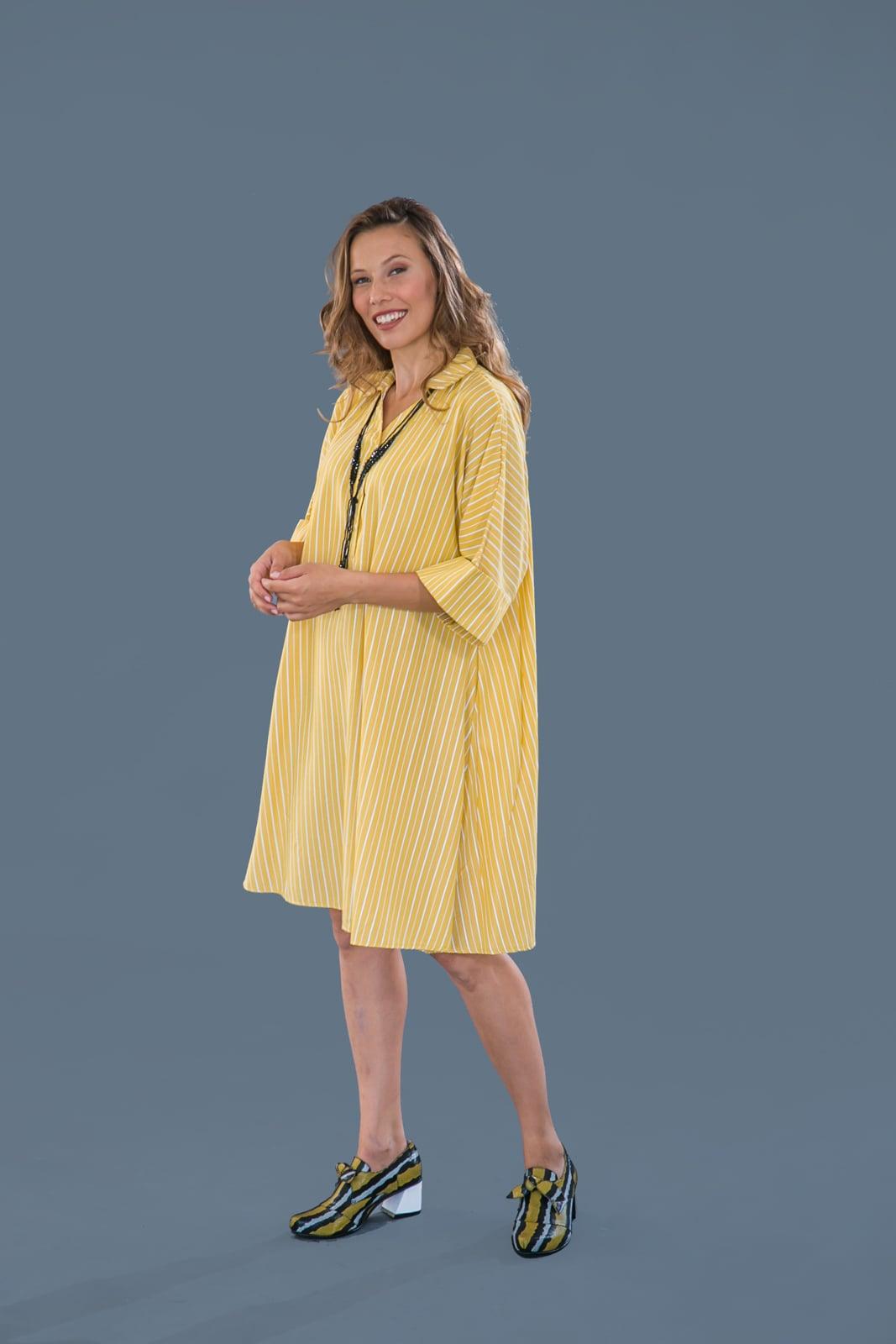 שמלת קימונו צהובה עם פסים.