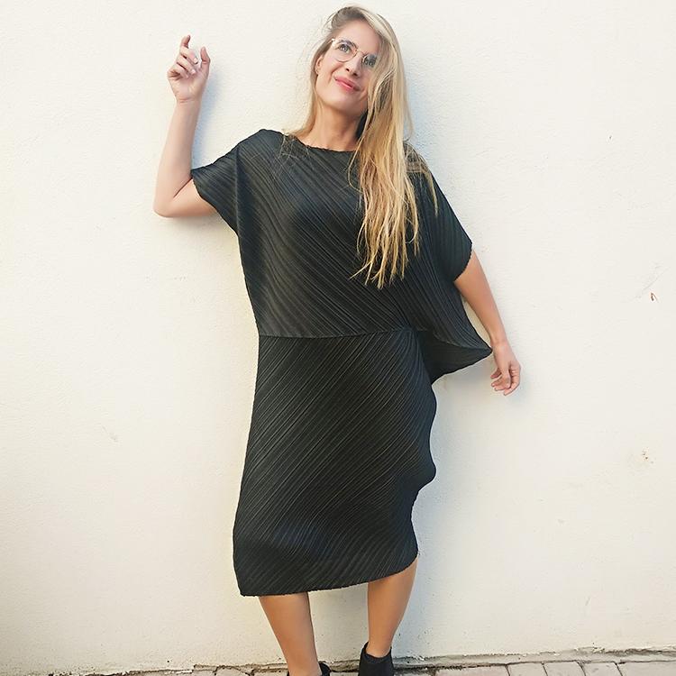 שמלת ליס פליסה שחור אסימטרי
