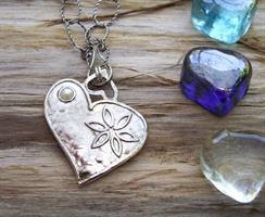 תליון לב פרח ופנינה בצד