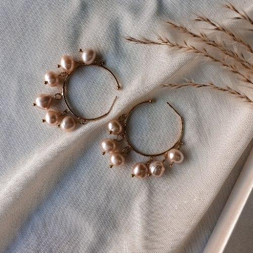 עגיל חישוק זהב עם פנינים ורודות