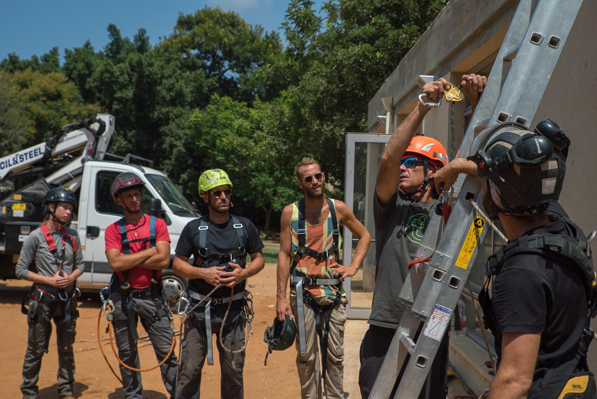 קורס עבודה בגובה כולל סולמות, סלי הרמה, בימות הרמה, טיפול בעצים וגיזומם - שלב א'