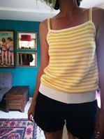 סריג פסים צהוב ולבן עם כתפיות כפולות מידה L
