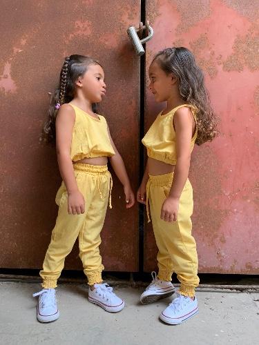 חליפת מכנס וטופ גומי צהוב