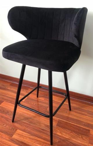 כיסא בר קטיפה שחורה בשילוב רגליים ממתכת בצבע שחור