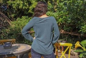 חולצה עם כיווץ במחשוף בצבע ירוק יער