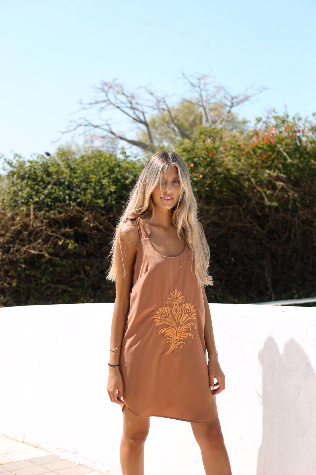 שמלת אוליביה ריקמה בריק