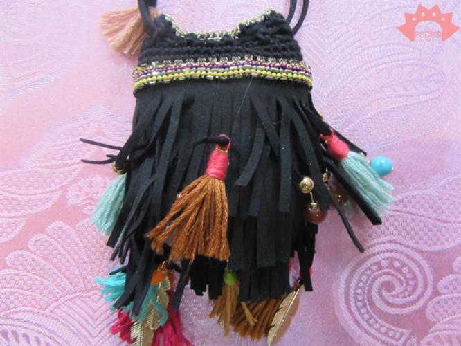 שרשרת אינדיאנית שחורה נרתיק עור ופונפונים
