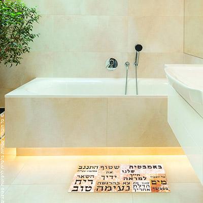 שטיחון באמבטיה שלנו
