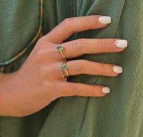 טבעת אמרלד ויהלומים בזהב סגנון דיאנה