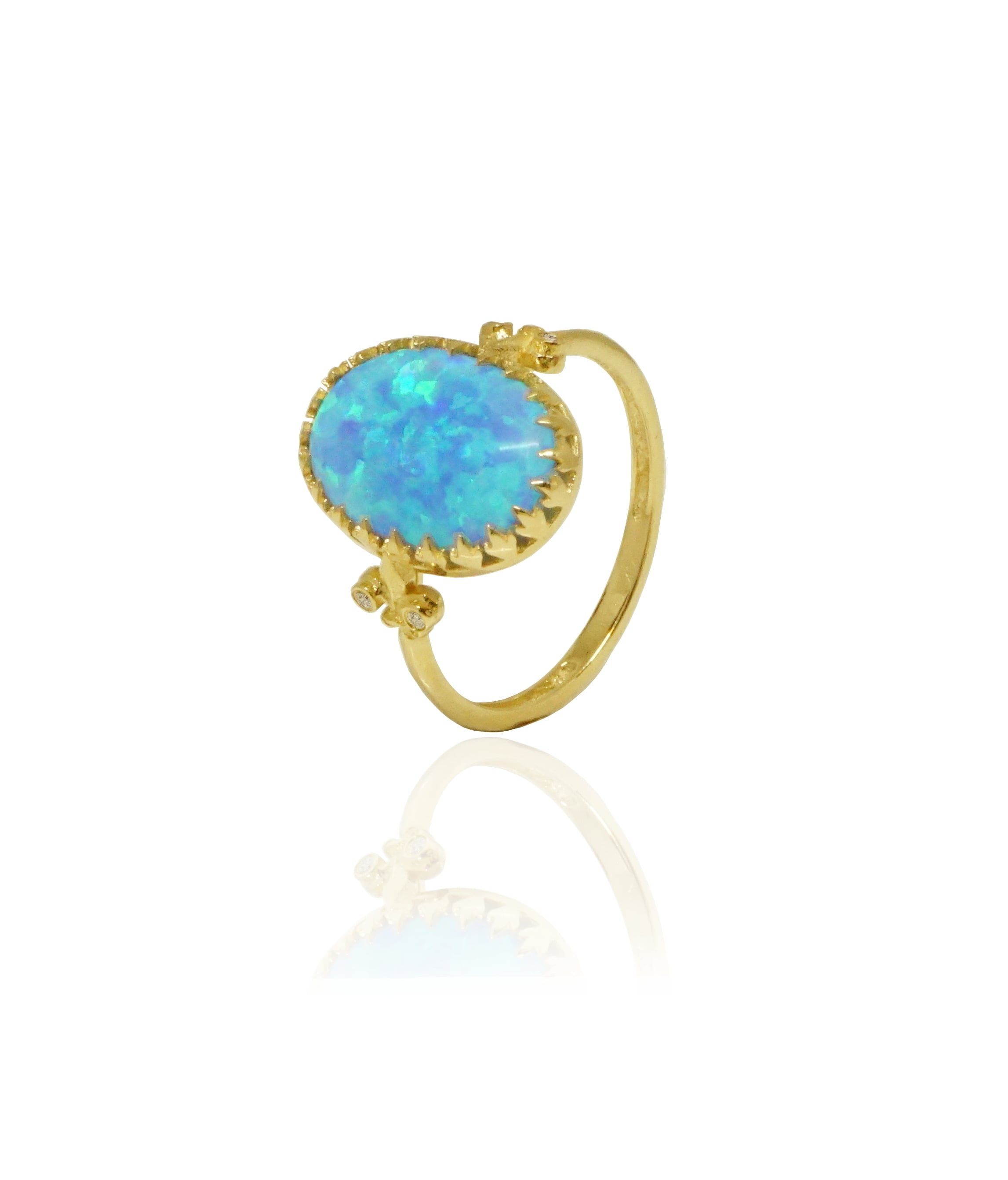טבעת זהב בחיתוך אליפסה משובצת יהלומים ואבן אופל כחולה