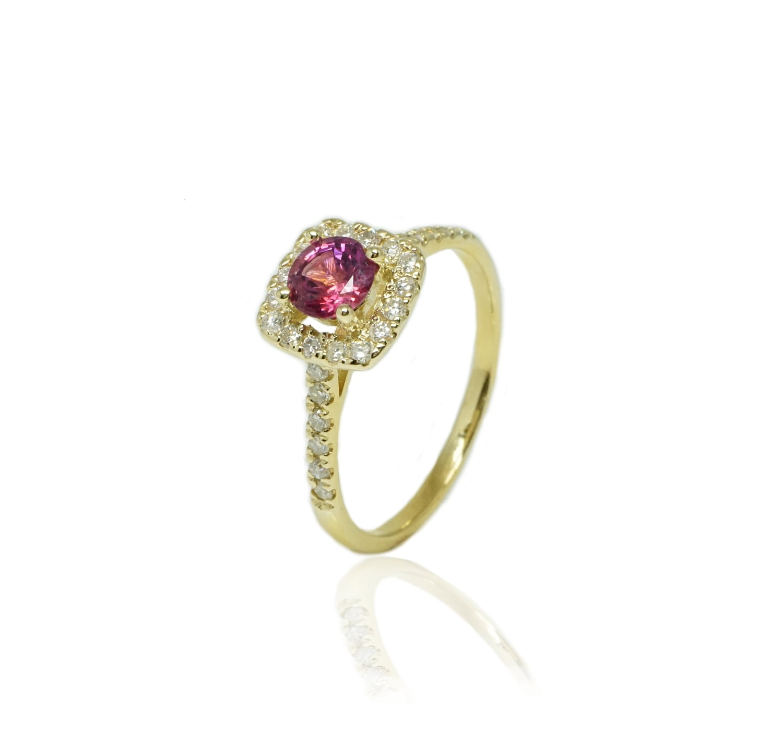 טבעת יהלומים מרובעת עם אבן חן ספיר ורודה מזהב 14 קרט