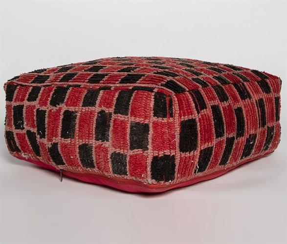 פוף שטיח אדום משבצות