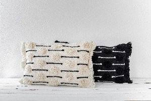 כרית שאגי מלבנית - רקע לבן עם עיטור שחור