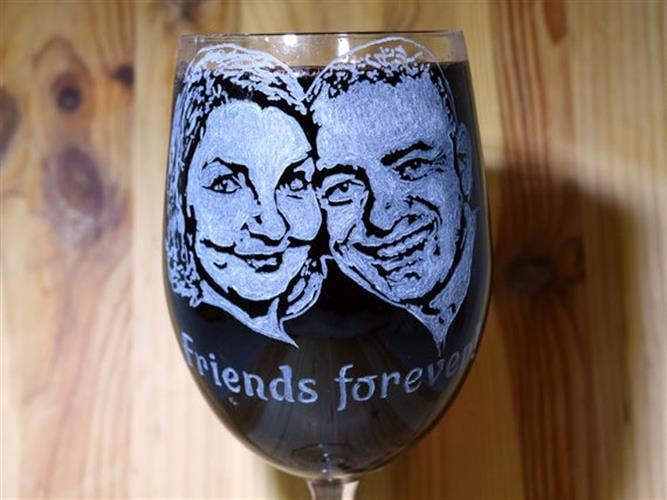 זוג חרוט על כוס יין עם תוספת 2 מילים