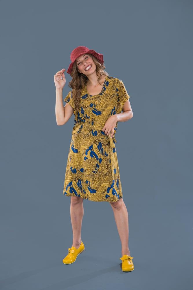 שמלת פרפר עם הדפס צהוב עלים
