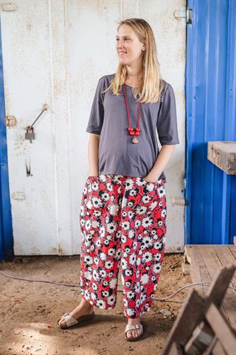 מכנסיים מדגם מיכאלה עם הדפס כלניות על רקע אדום