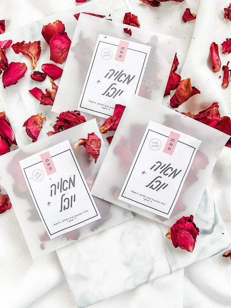 מעטפת קונפטי ממותגת עם ורדים מיובשים