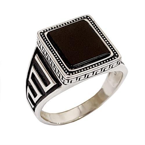 טבעת כסף לגבר משובצת אבן אוניקס שחורה ועיטורים ישרים בצדדים