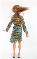 שמלת סיתונית עם הדפס גאומטרי.