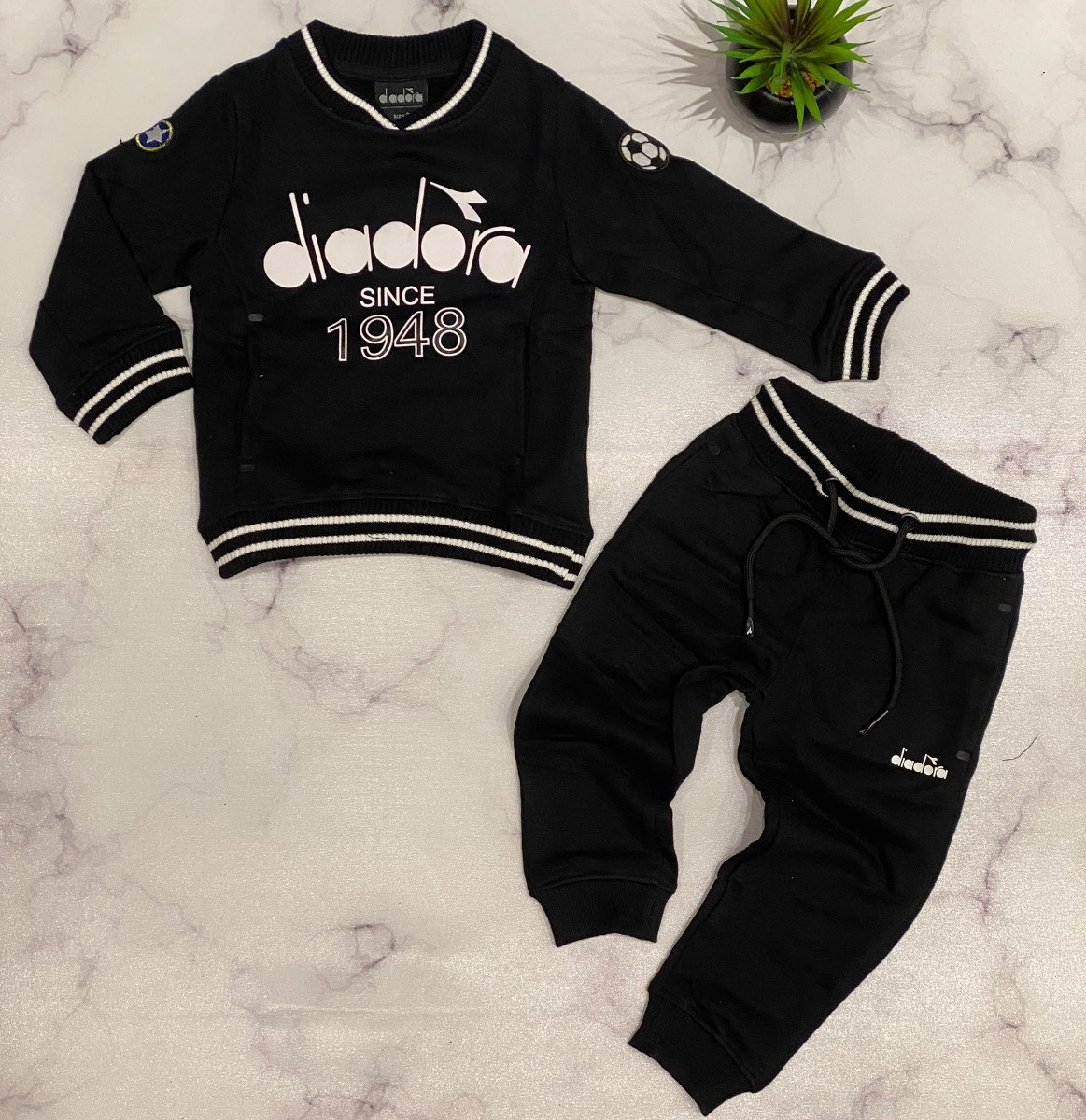 חליפת פוטר שחורה עם כיתוב לבן diadora בנים - 2-10 שנים