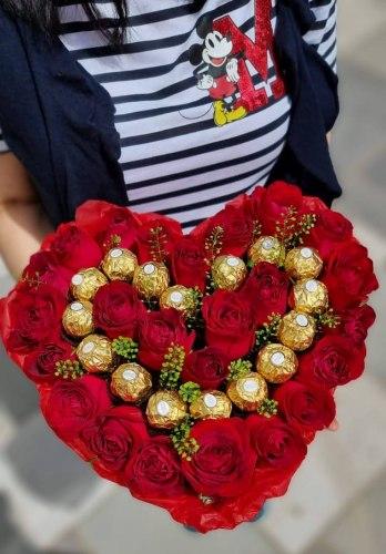 סידור פרחים בקופסאת לב מקט 173