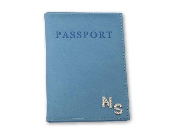 כיסוי לדרכון כחול עם אותיות משובצות כסף