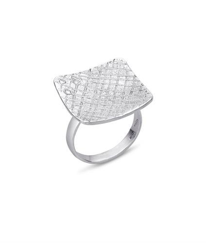 טבעת גדולה ומרשימה בזהב לבן עם יהלומים 0.10 קראט