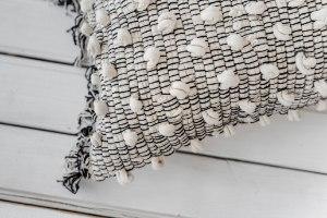 כרית גולגולים מלבנית - גוונים לבן ושחור