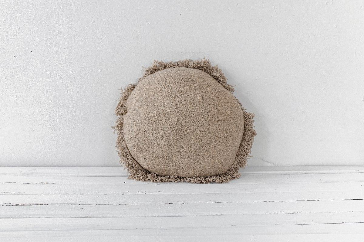 כרית עגולה במראה פשתן עם פרנזים - צבע אבן