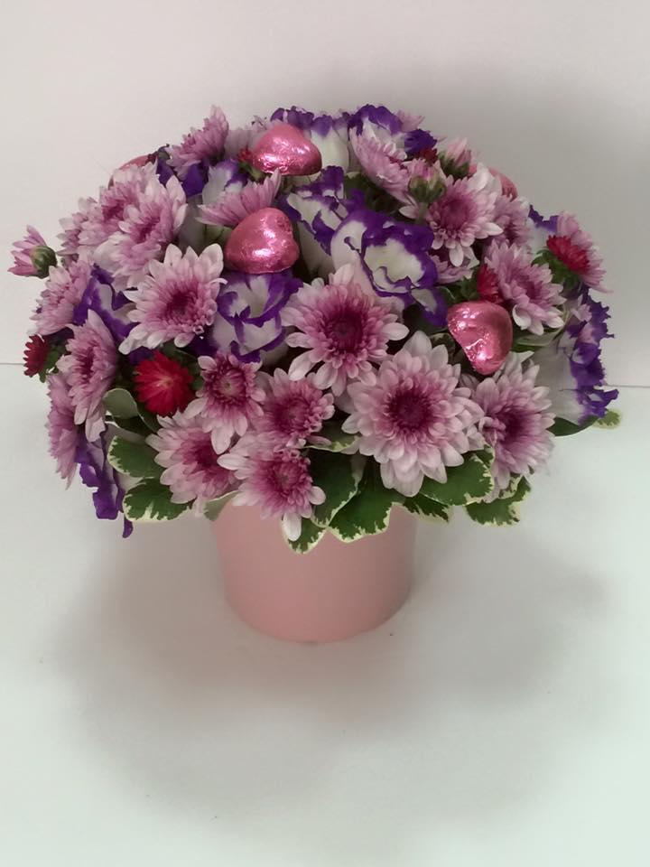 סידור פרחים עם פרלינים בכלי קרמיקה-מקט 007